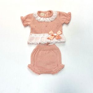 Conjunto dos piezas jersey manga corta y culetín bodoques, puntilla y lazada. 50 % perlé y 50 % algodón.