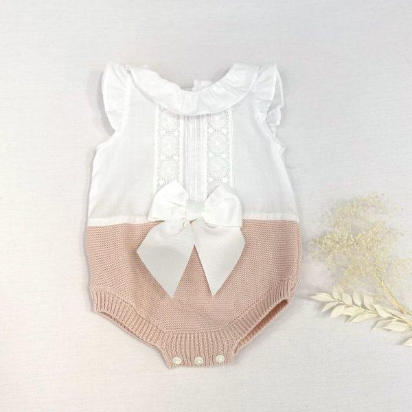Pelele punto y tela con cuello volantes encaje y lazada.100 % algodón.