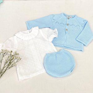 Conjunto tres piezas camisa manga corta de plumeti con cuello volantes, culetín y rebeca