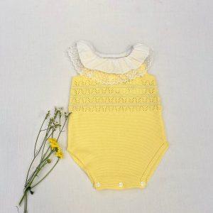 Pelele amarillo calado con cuello volante y encaje valencie