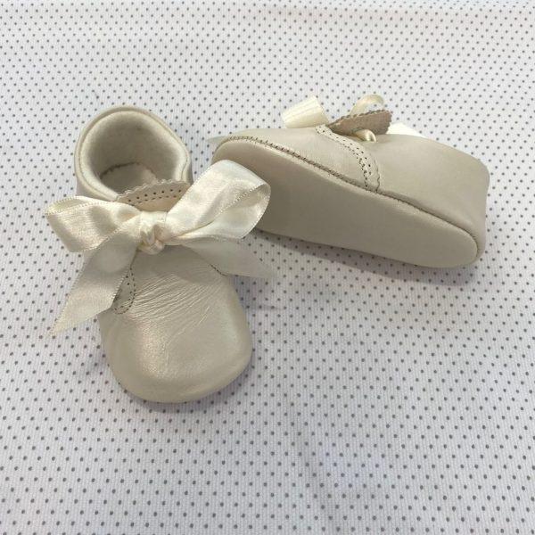 Zapato ceremonia de piel con lazada ajustable beige