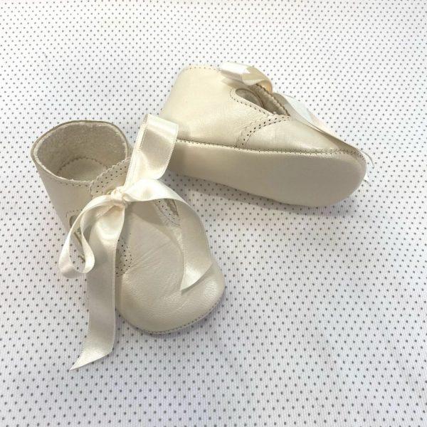 Zapatos tipo ceremonia de piel con lazada beige