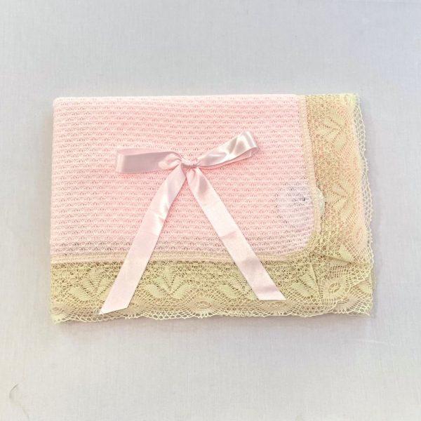 Toquilla rosa con encaje de bolillos beige