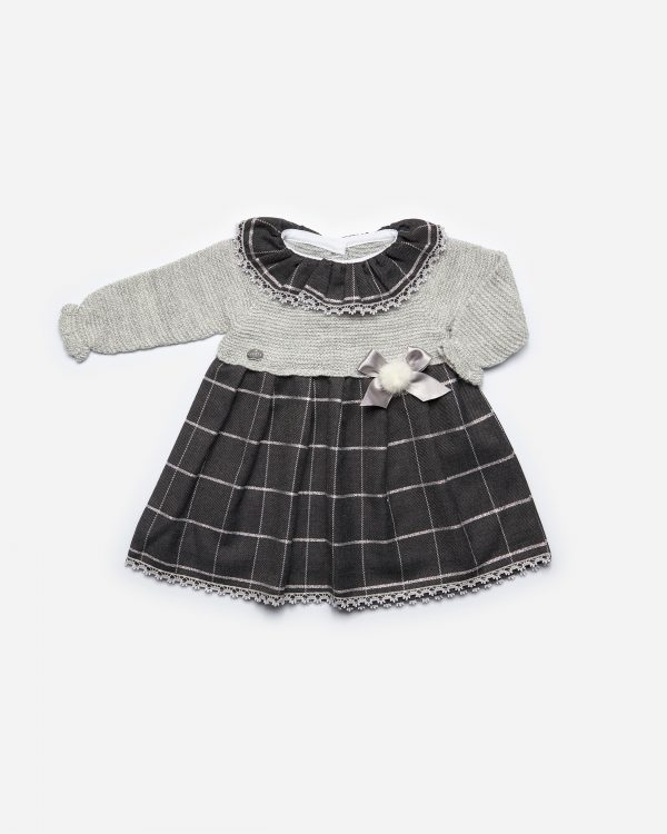 Vestido cuello volante plata, punto gris, falda cuadro negro plata