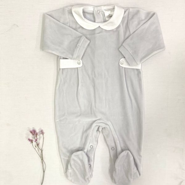 Pelele largo terciopelo gris, cuello bebé, con dos botones nácar