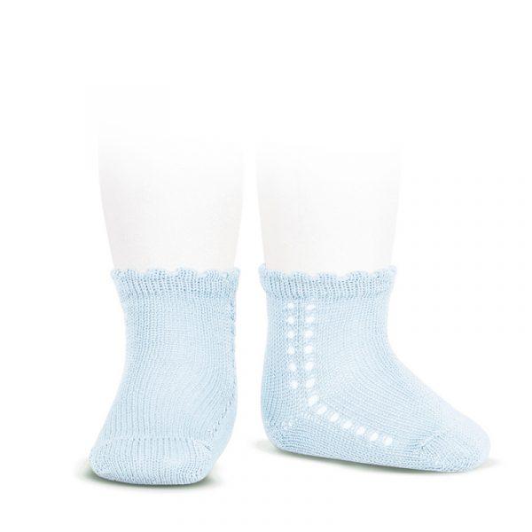 Calcetín corto de algodón perlé con calado en el lateral celeste Cóndor