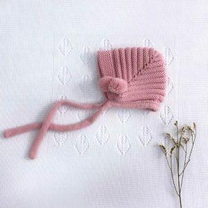 Capota punto invierno pompones cuerda rosa palo