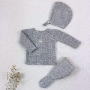 Conjunto tres piezas punto invierno jersey polaina y capota a juego gris